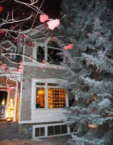 Picture of a house decorated with Christmas lights